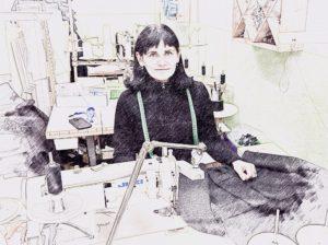 In der Connemara Produktion: Mojca bei der Arbeit an einer Connemara Jacke