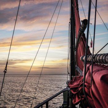 Front eines Schiffes auf See