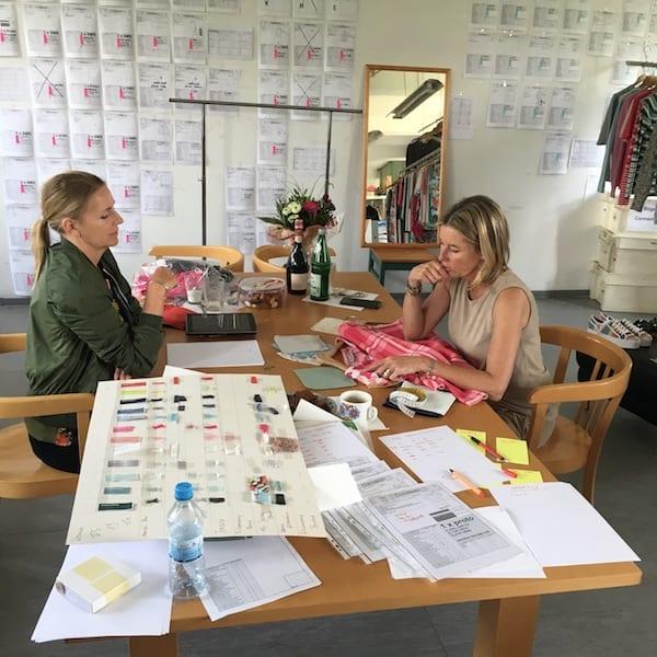 Kerstin & Anja bei der Arbeit an der Connemara Kollektion