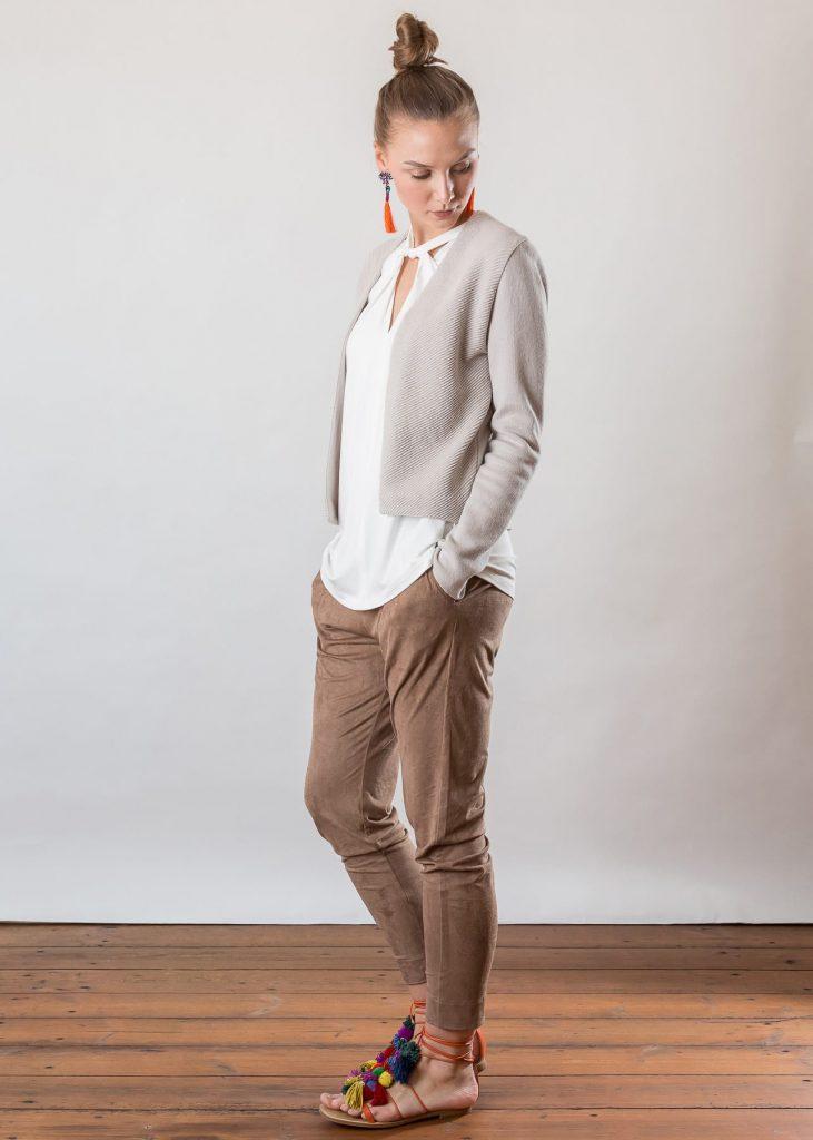 Connemara Top Garda aus Viskose in off white | Jacke Avril aus Baumwolle in silber Hose Vina aus Kunstleder in beige | Made in EU