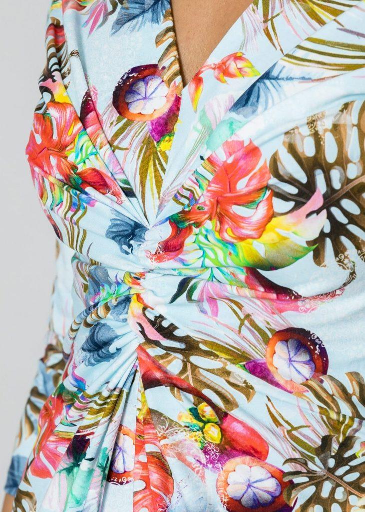 Bunt bedrucktes Sommerkleid in hellblau von Connemara mit V-Ausschnitt & Raffung