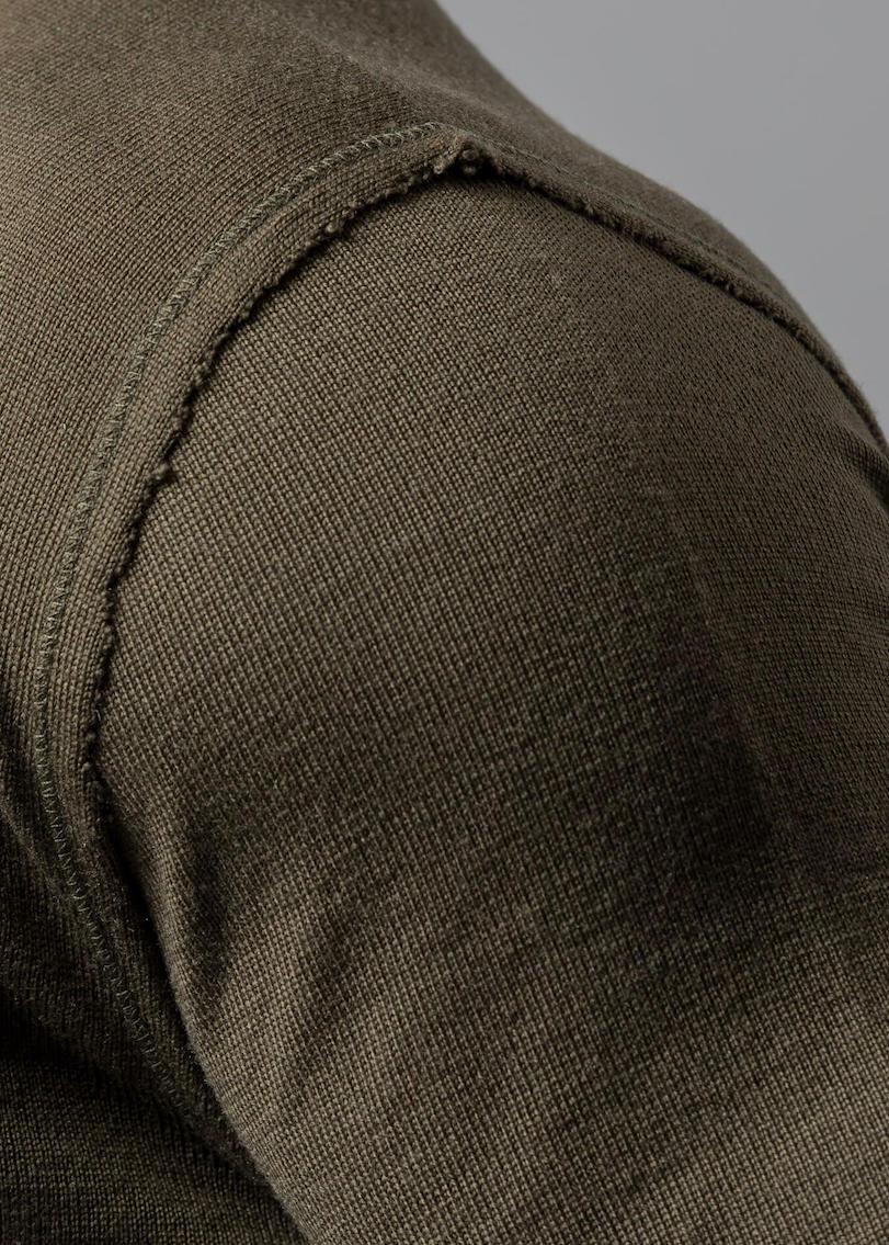 Connemara - Detail Aufnahme von der Armnaht mit offener Kante aus Merinowolle extrafein