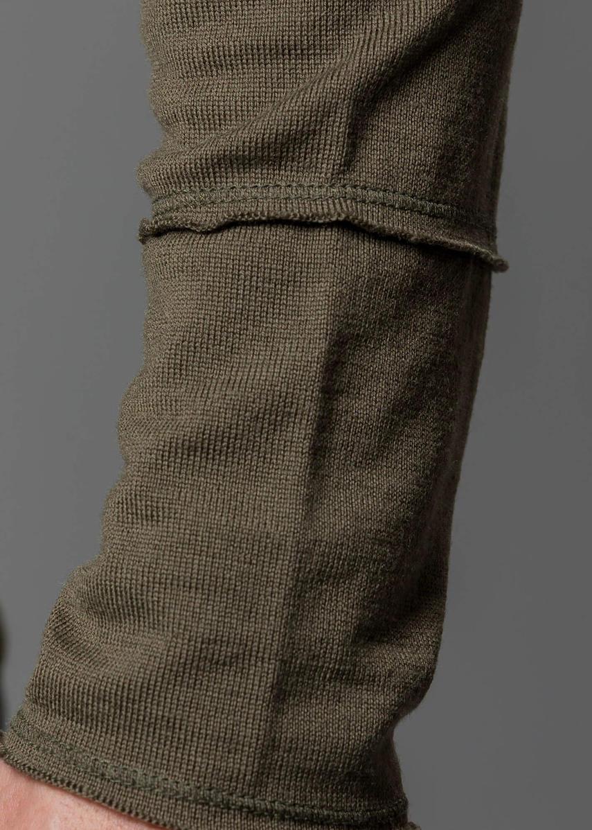 Connemara Herren Pullover Rundhals oliv - Detail Aufnahme am Arm mit offener Kante