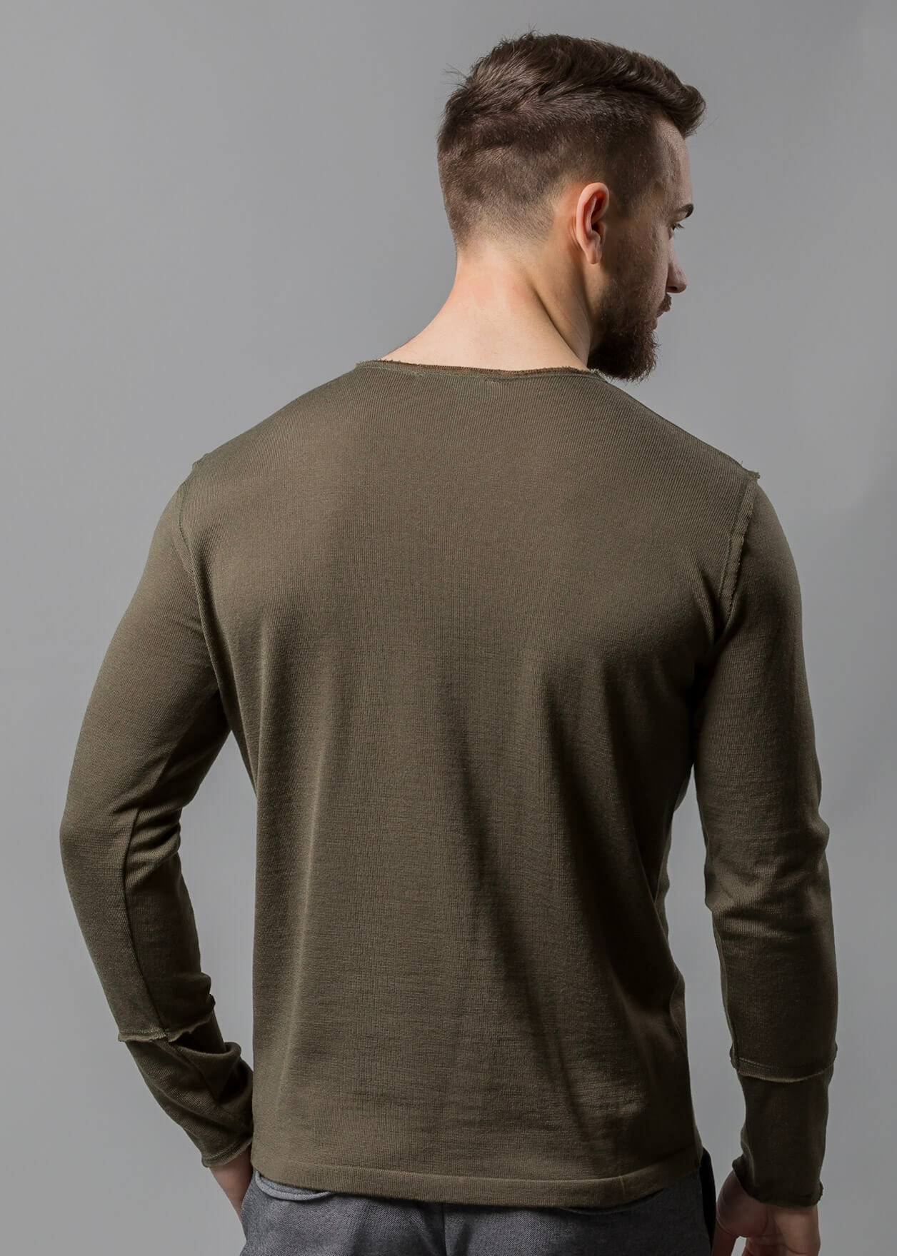 Connemara Rundhals Pullover Männer oliv Tom aus Merinowolle extrafein mit offenen Kanten am Halsausschnitt