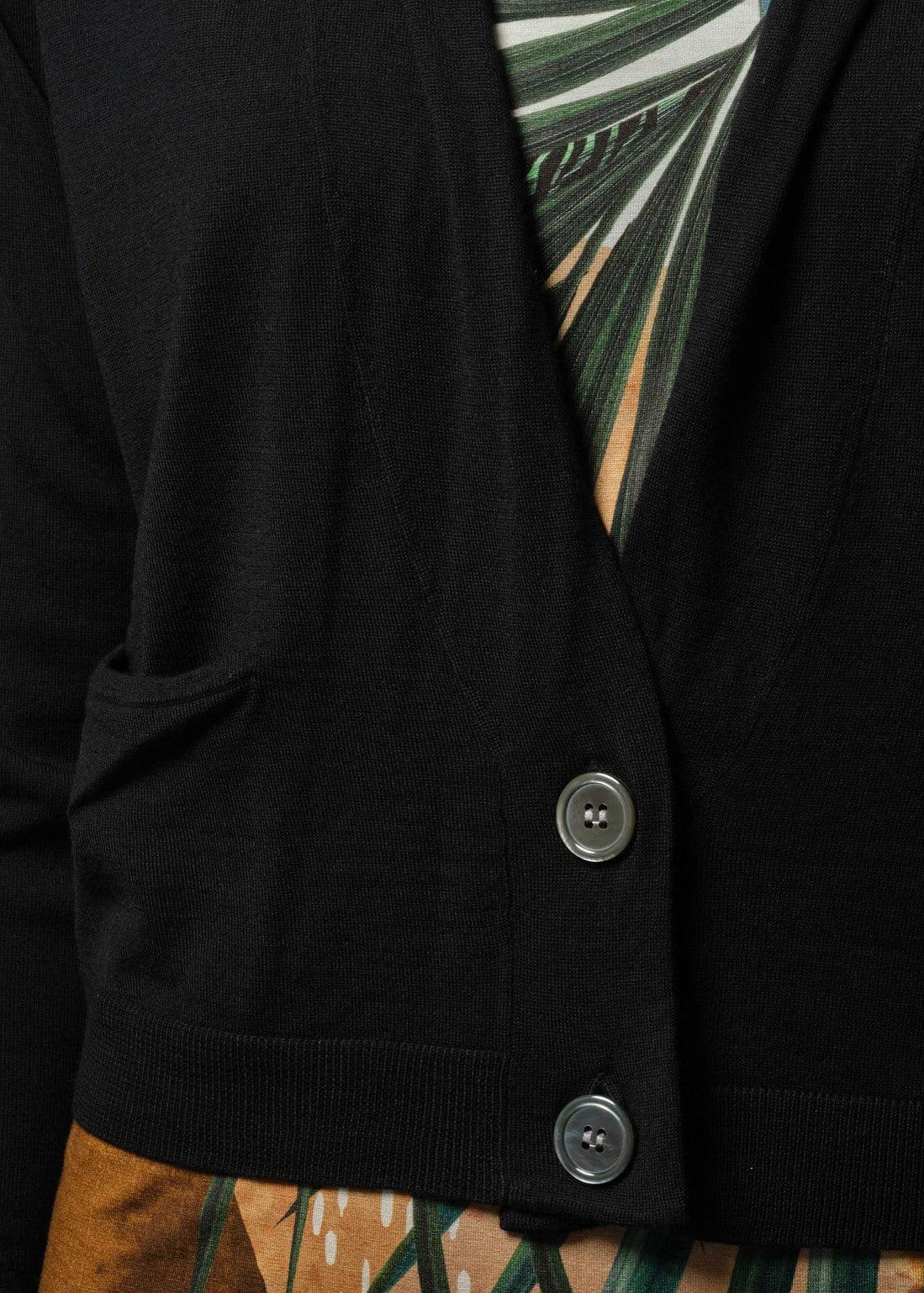 Connemara Detailaufnahme mit Tasche und Knöpfen