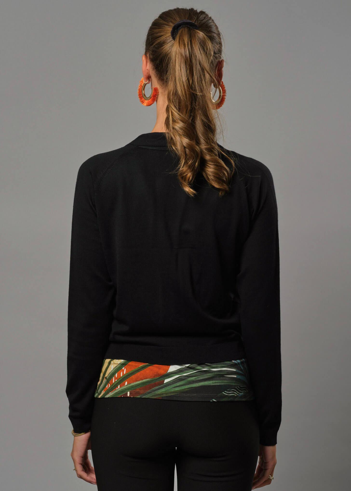 Eine Merino Jacke Damen die perfekt über ein Kleid passt, mit großen Perlmuttknöpfen.