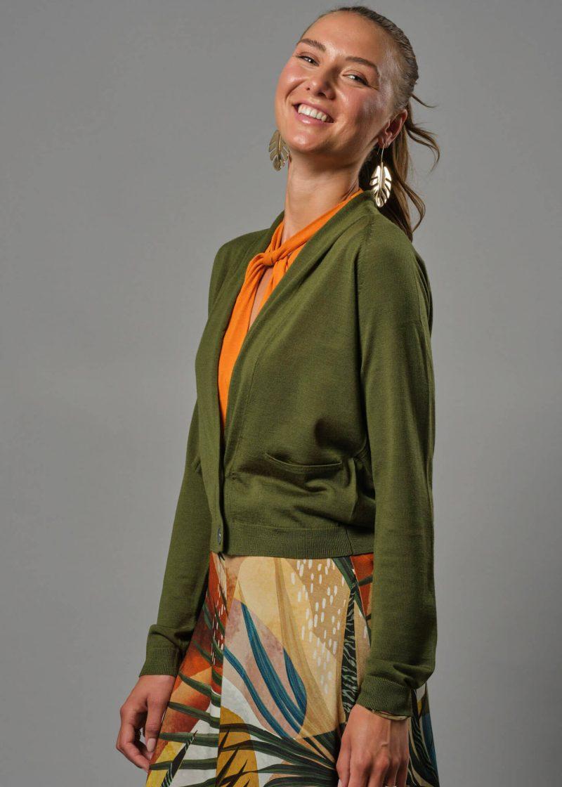 Connemara Kurze Strickjacke mit Knöpfen für Sie. Eine Merino Jacke Damen die perfekt über ein Kleid passt.