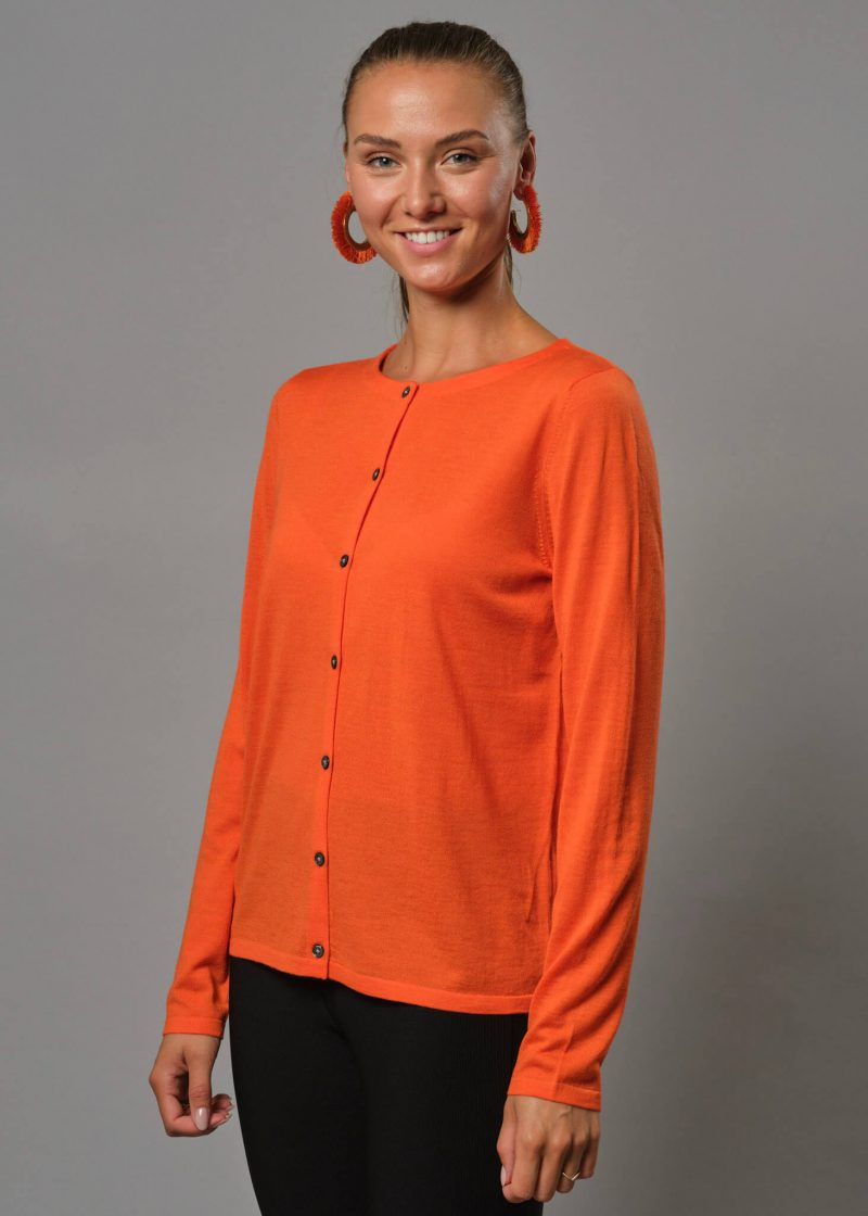 Connemara Strickjacke Damen orange mit Rundhals. Diese Merinojacke Damen hat Perlmuttknöpfe. Es zugleich eine Strickjacke Damen dünn aus Merinowolle superfein.
