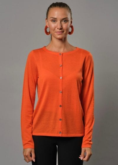 Connemara Strickjacke Damen orange mit Rundhals. Diese Merinojacke Damen hat Perlmuttknöpfe. Es zugleich eine Strickjacke Damen dünn aus Merinowolle superfein.