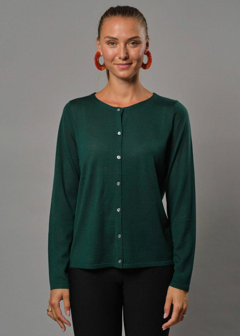 Connemara Strickjacke Damen tannengrün mit Rundhals. Diese Merinojacke Damen hat Perlmuttknöpfe. Es zugleich eine Strickjacke Damen dünn aus Merinowolle superfein.